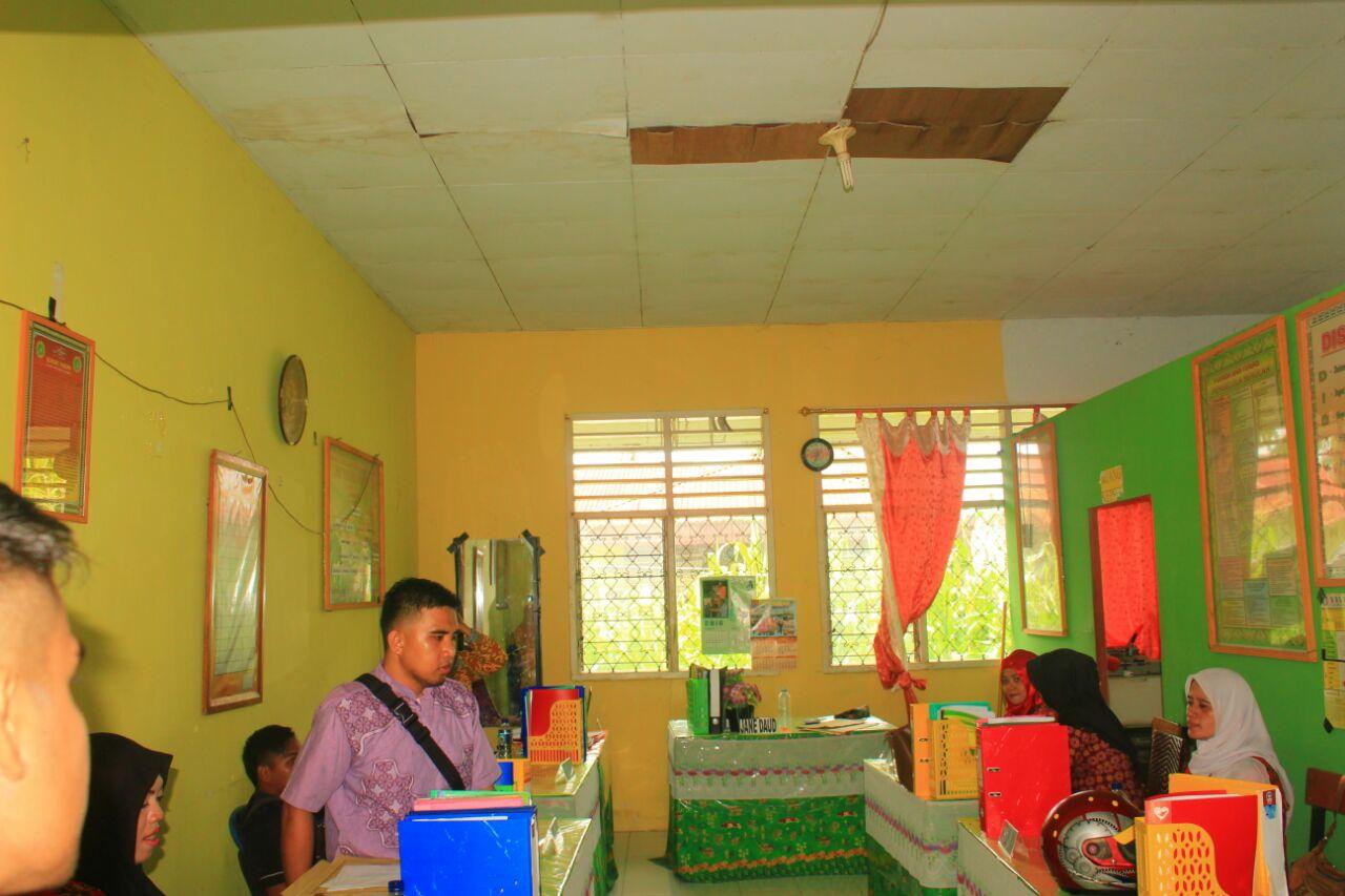 Satu-satunya ruangan yang masih terawat, yakni ruang staf guru SMK PGRI Kota Gorontalo