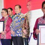 Walikota Gorontalo Terima Penghargaan Dari Menkop UKM