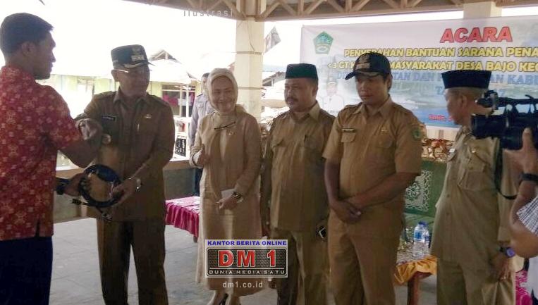 Bupati Darwis Serahkan Bantuan Perahu Fiber dan Mesin Tempel di Desa Bajo