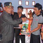 Bupati Darwis Serahkan Bibit Jagung dan Pupuk Gratis ke 192 Petani