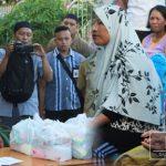 Kunjungan Safari Ramadhan, Pemda Boalemo Bagikan Puluhan Paket Sembako di Desa Lito