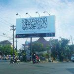 Di Solo, Baliho Raksasa Tauhid Terpajang Dekat Rumah Jokowi