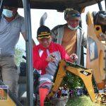 Bangun MCK di Lokasi Pengungsian Palu, Bupati Darwis Ambil Alih Kendarai Eskavator
