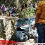 Akibat Rem Blong, Pick-Up ini Terjun Bebas ke Drainase Olele