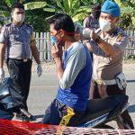 Camat Kusno Apresiasi Polsek Bone Raya Gelar Razia Masker dan Bagi-bagi APD