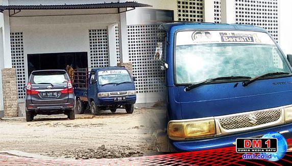 """Mobil Berstiker Paslon Petahana """"Nimbrung"""" Angkut Bantuan Sembako"""