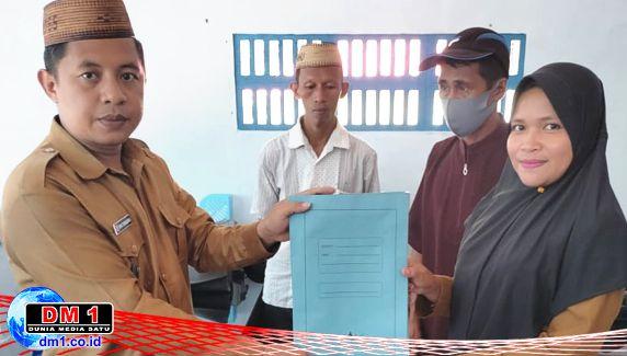 Serahkan SK Mutasi Perangkat Desa Molamahu, Ini Harapan Kades Erwis