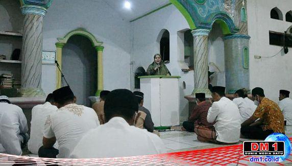 Di Aere, Plt Bupati Koltim Serahkan Bantuan Pembangunan Masjid dan Busana Muslim
