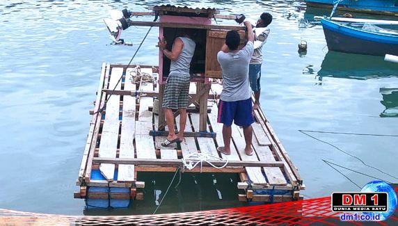 Hadapi Kesulitan di Masa Covid19, Kades Sogitia Beri Bantuan Rakit Kepada Kelompok Nelayan